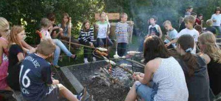 Ferien Gussow 01 - Kinder mit Stockteig