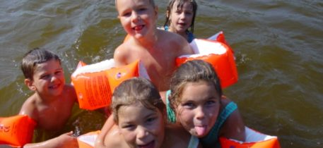 Altai-Adventure - Frauensee badende Kinder im See